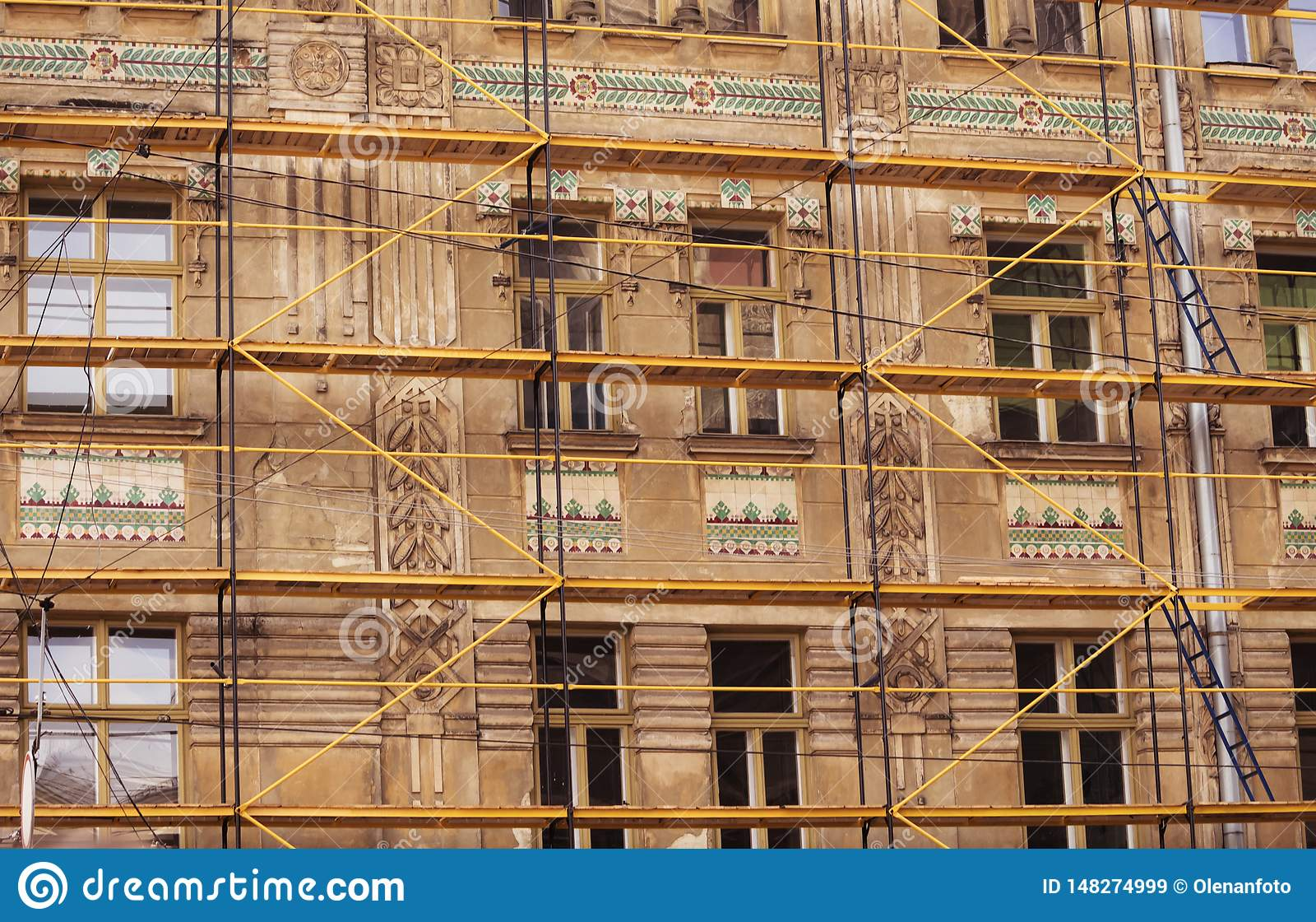 03 08 2019 Leopoli, Ucraina Il processo di ripristino di una casa antica del tetto, facciata, affreschi Ripristino di architetton