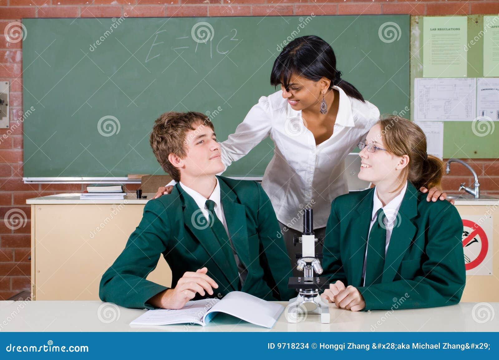 Leraar die aan studenten spreekt