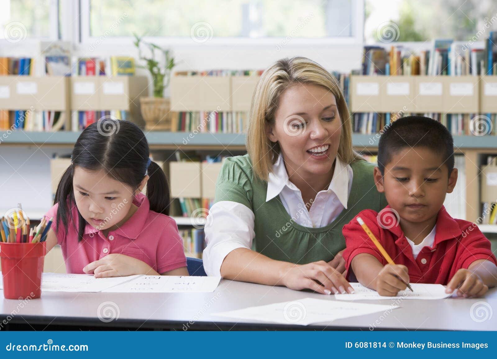 Leraar die studenten met het schrijven van vaardigheden helpt