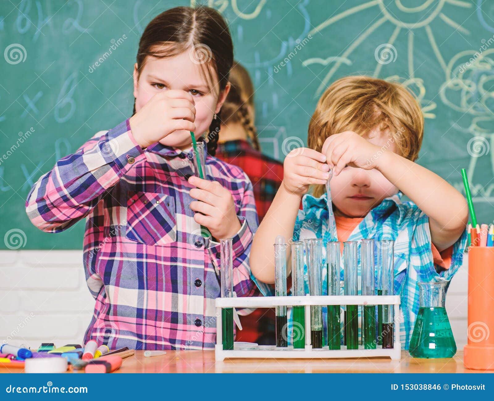 Leraar en leerlingenreageerbuizen in klaslokaal Chemie als thema gehade club Ontdek en onderzoek eigenschappen van substanties