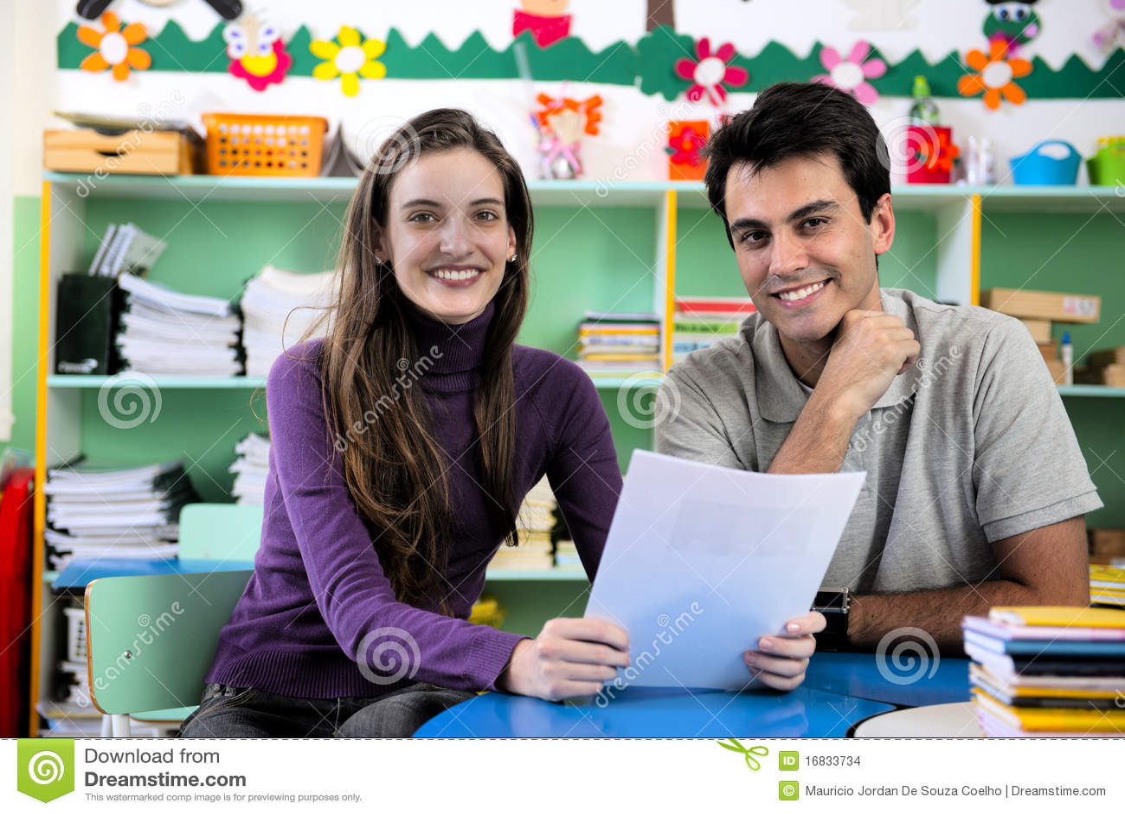 Leraar en ouder in klaslokaal