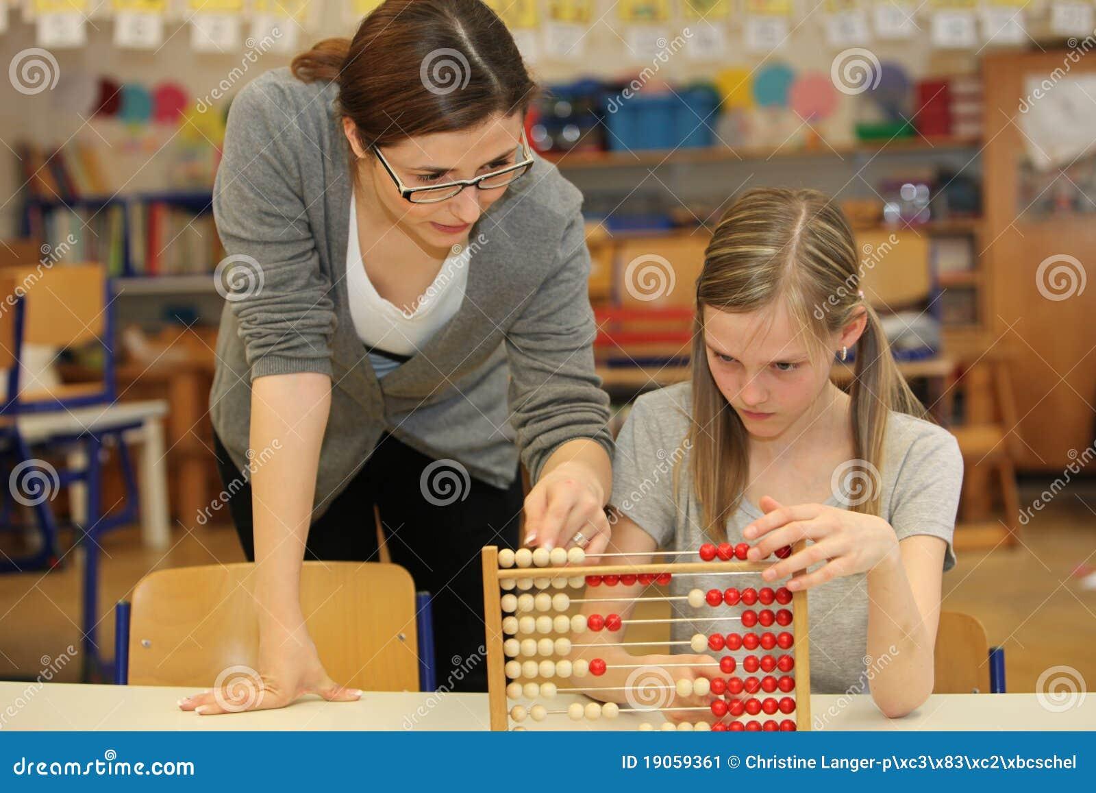 Leraar en student in de basisschool