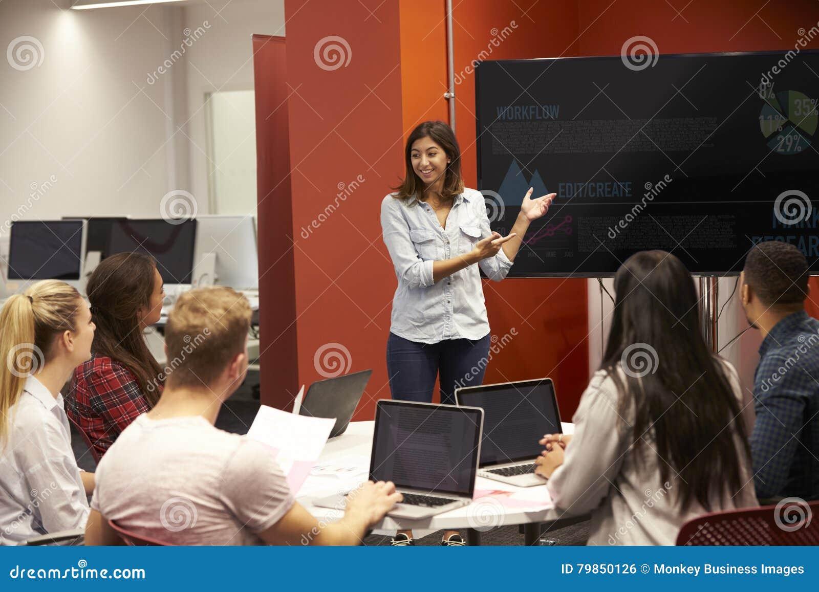 Leraar Talking To Students in Universiteitsklasse