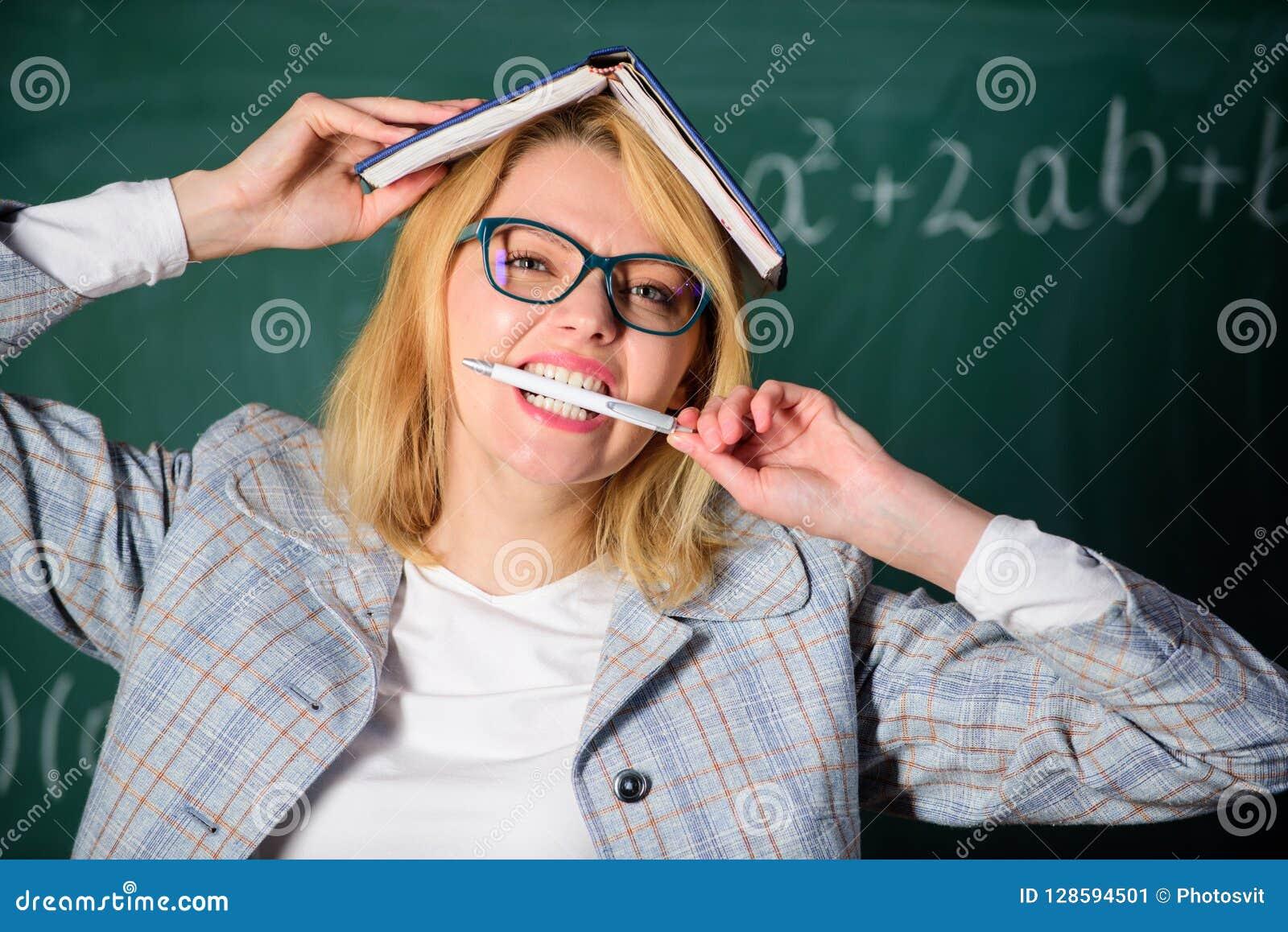 Leraarsspanning en doorsmelting Overwerken en gebrek aan steun drijfleraar uit beroep Leraarsvrouw met boek