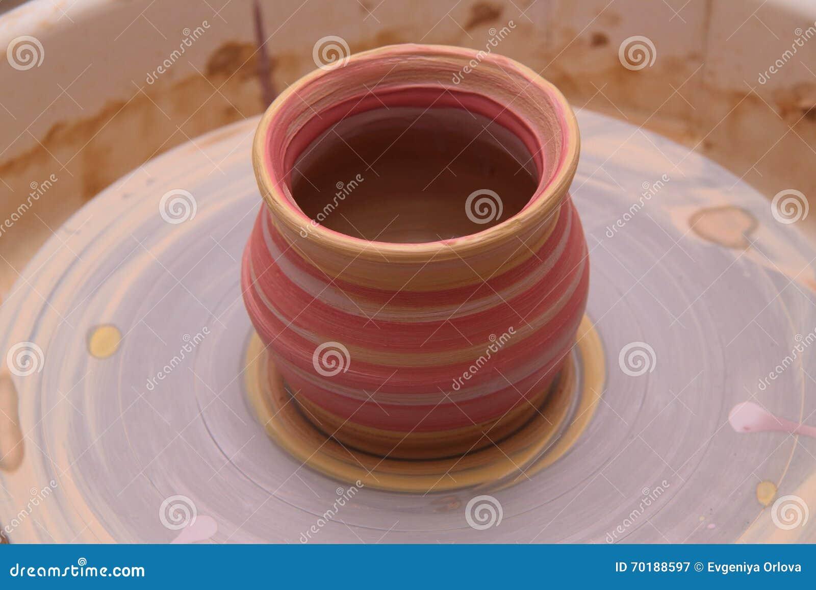 Lerakruka på ett keramikerhjul