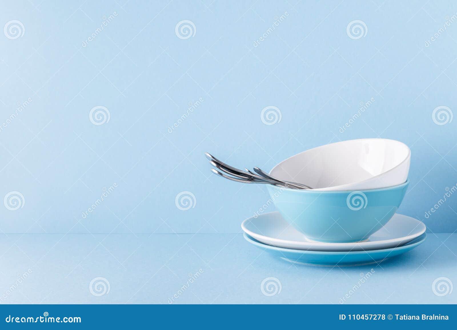 Lerkärl och bestick på en blå pastellfärgad bakgrund