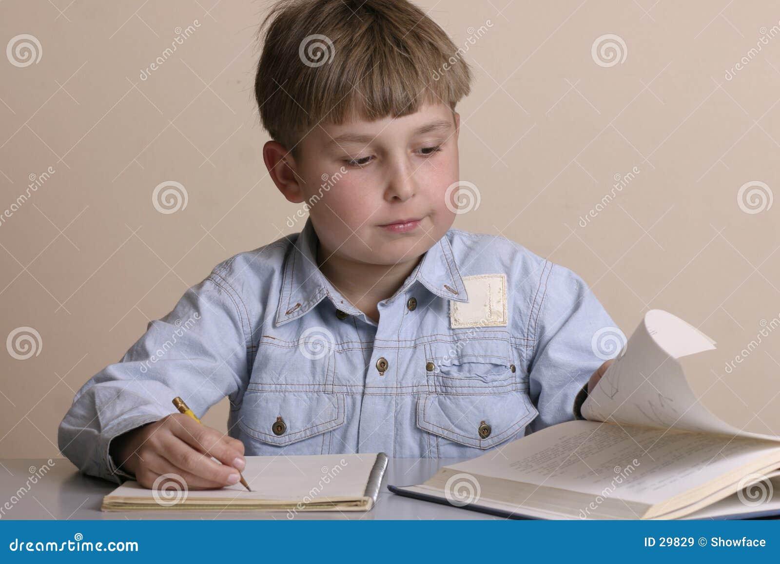 Lernbegieriger Junge
