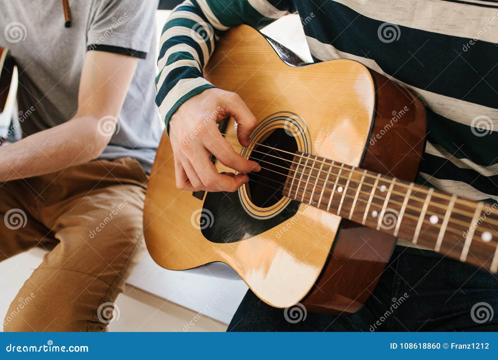 Lernen, die Gitarre zu spielen Musikpädagogik und extrakurrikulare Lektionen Hobbys und Begeisterung für das Spielen der Gitarre