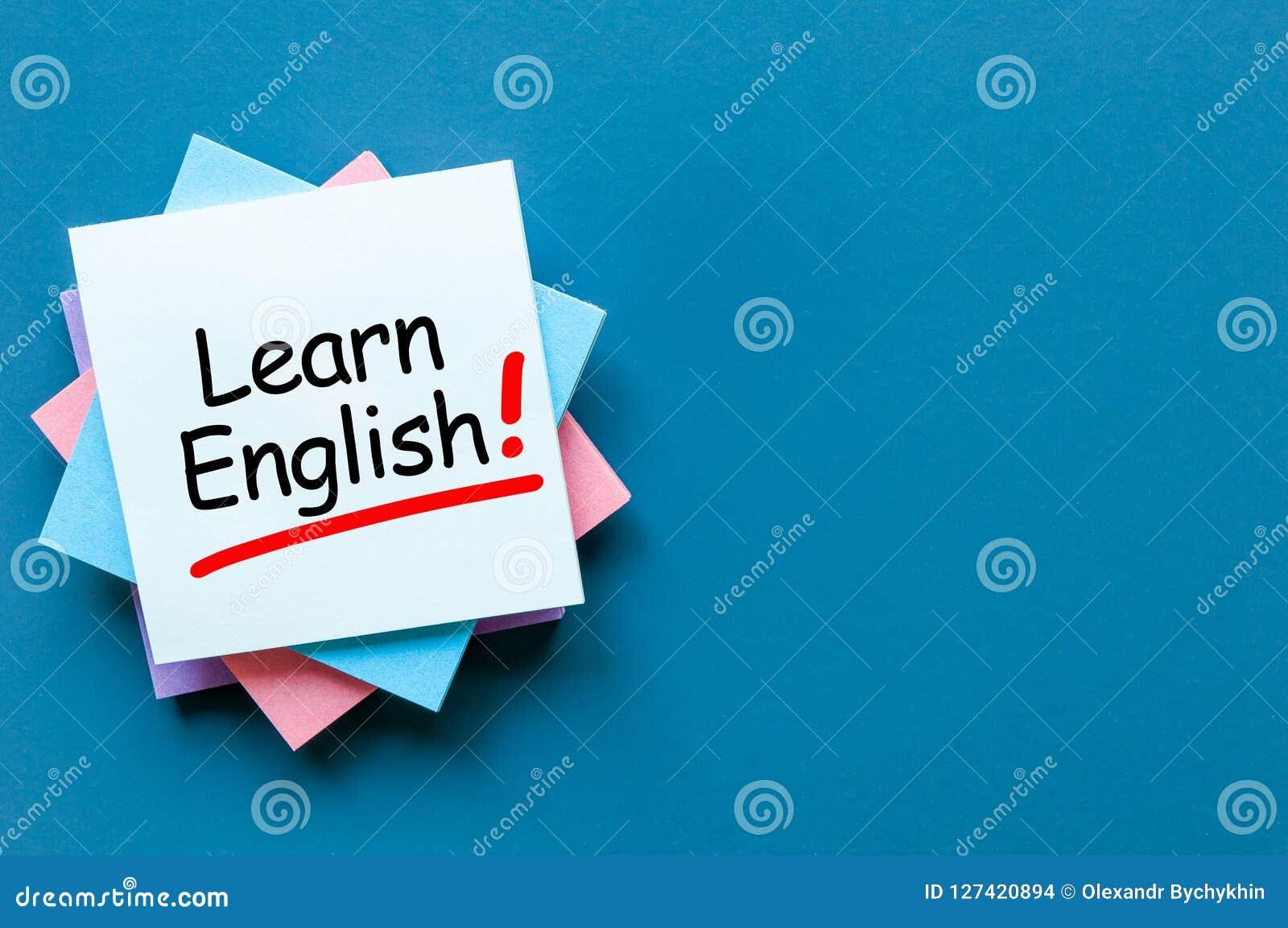 Lernen Sie Englisch - Anmerkung am blauen Hintergrund mit leerem Raum für Text