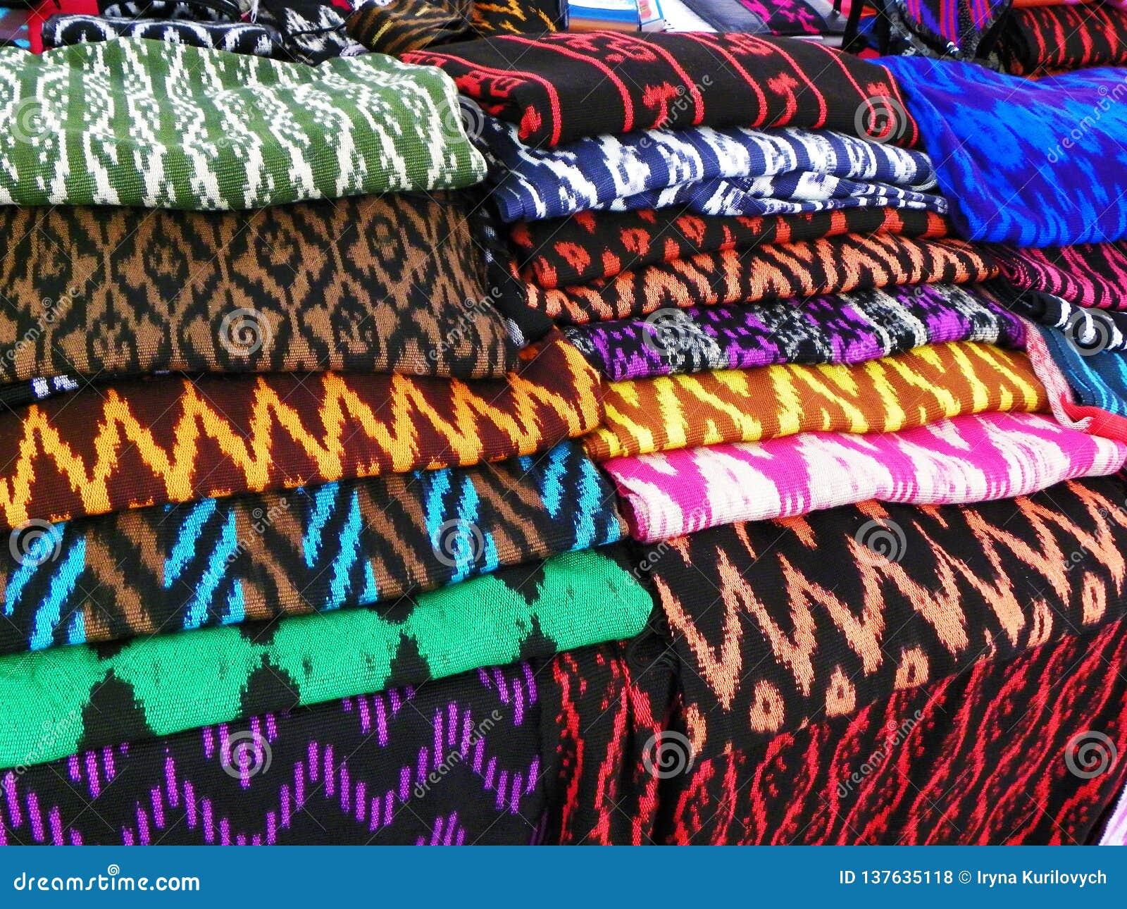 Les écharpes ou le Macanas au marché, traditionnel handcraft et conçoivent pour le canton de Gualaceo, Cuenca, Equateur
