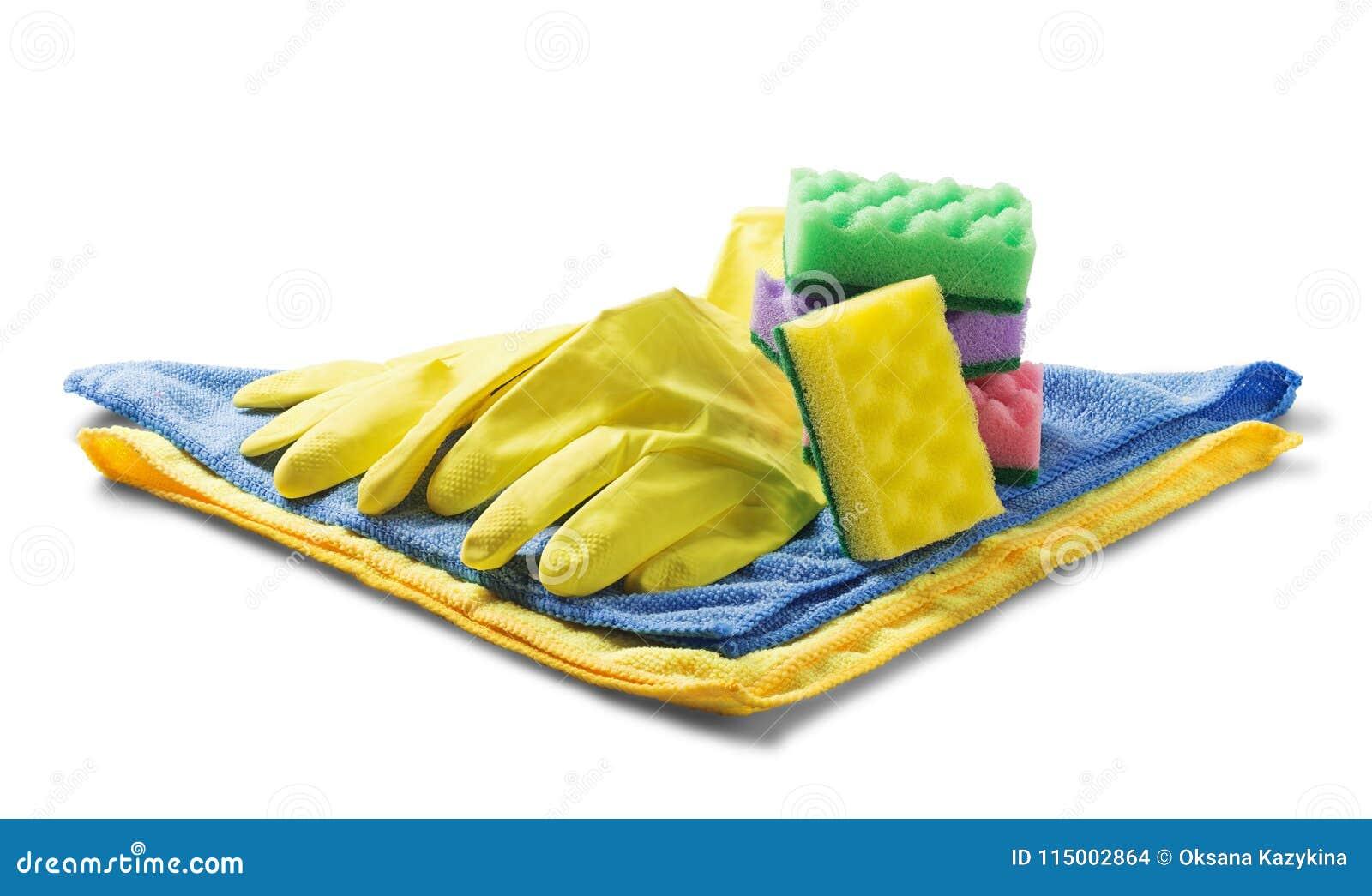 Les éponges pour nettoyer, serviette de chiffon, les gants en caoutchouc sur le blanc ont isolé le fond blanc Articles pour netto