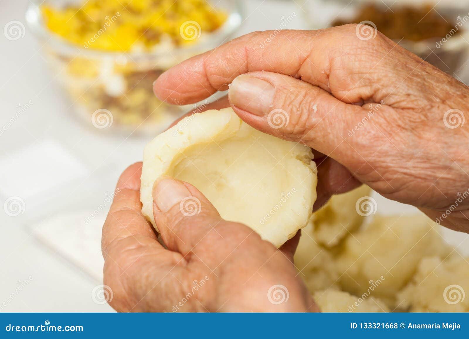 Les étapes de préparation du plat colombien traditionnel ont appelé les pommes de terre bourrées