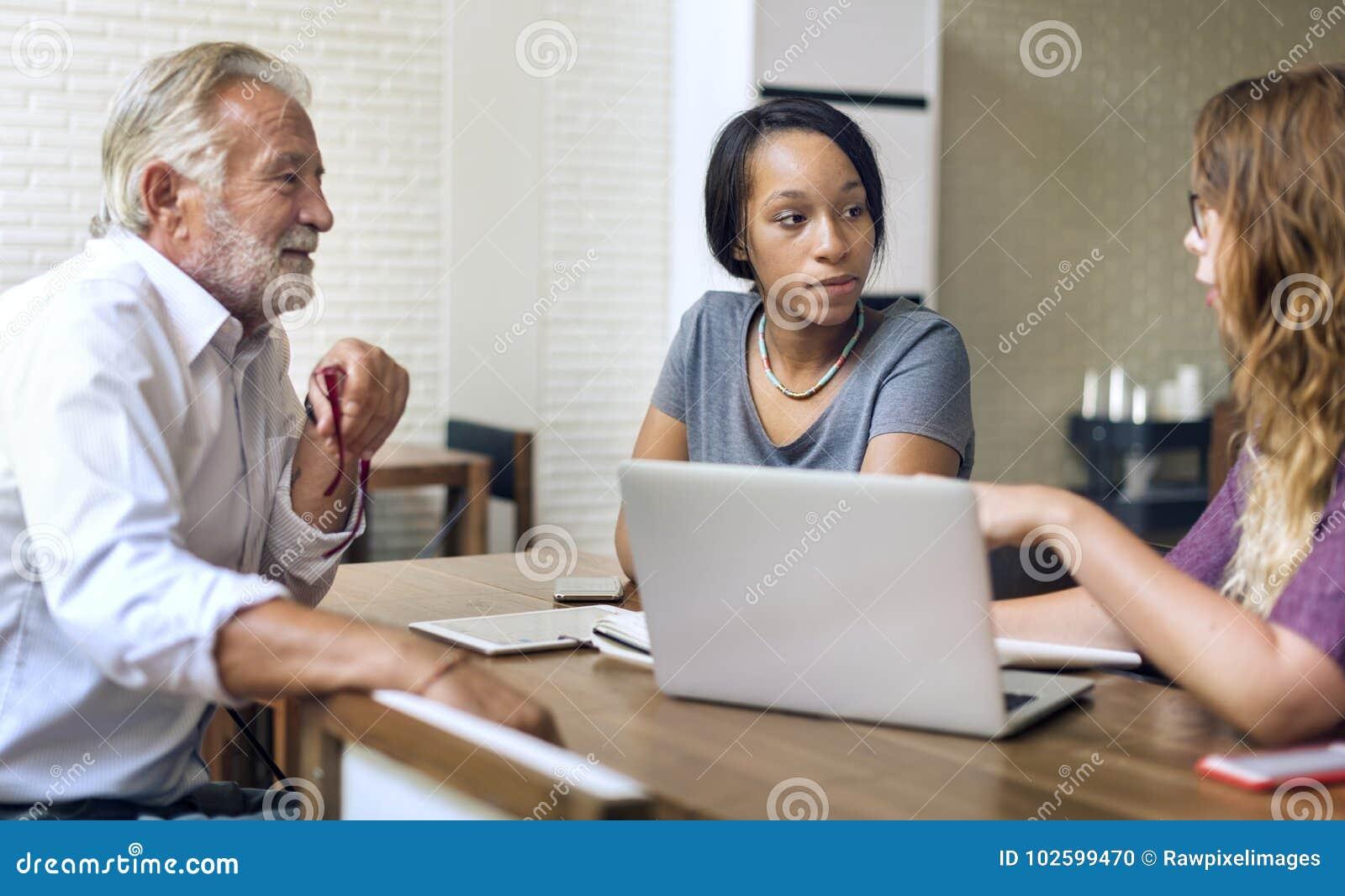 Les étudiants universitaires discutent avec le conseiller