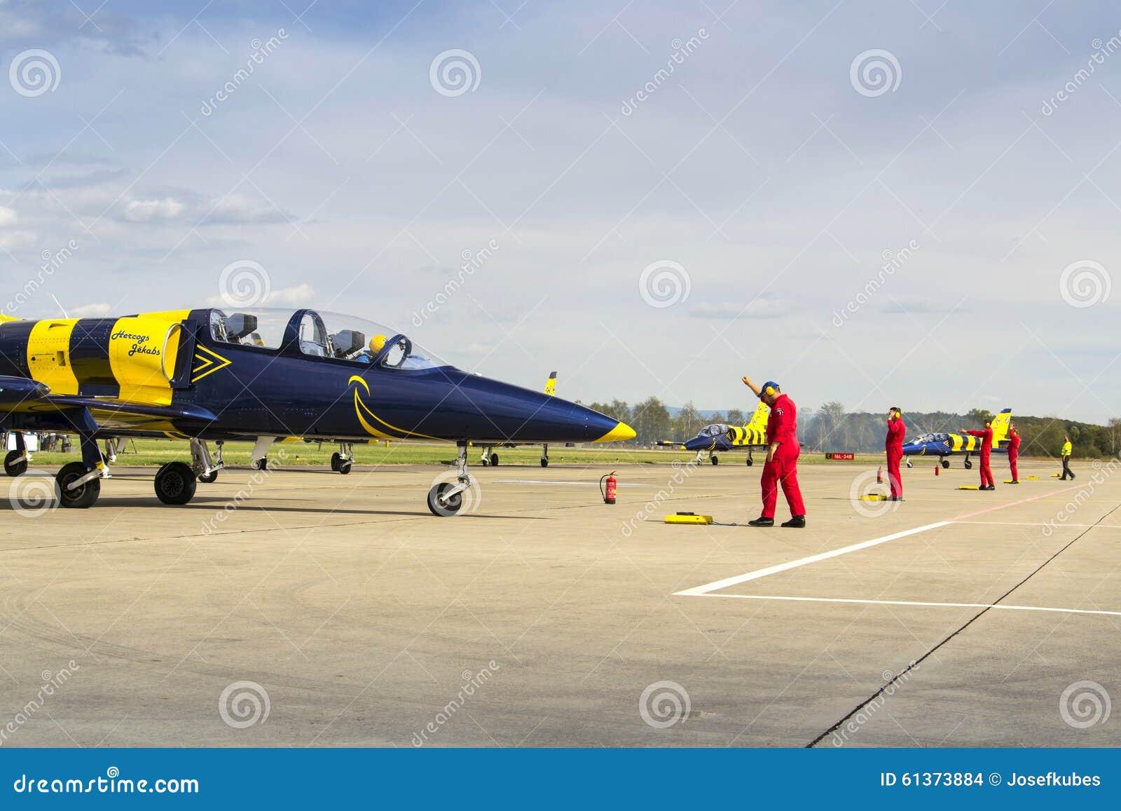 Les abeilles baltiques Jet Team avec L-39 surface le roulement sur la piste