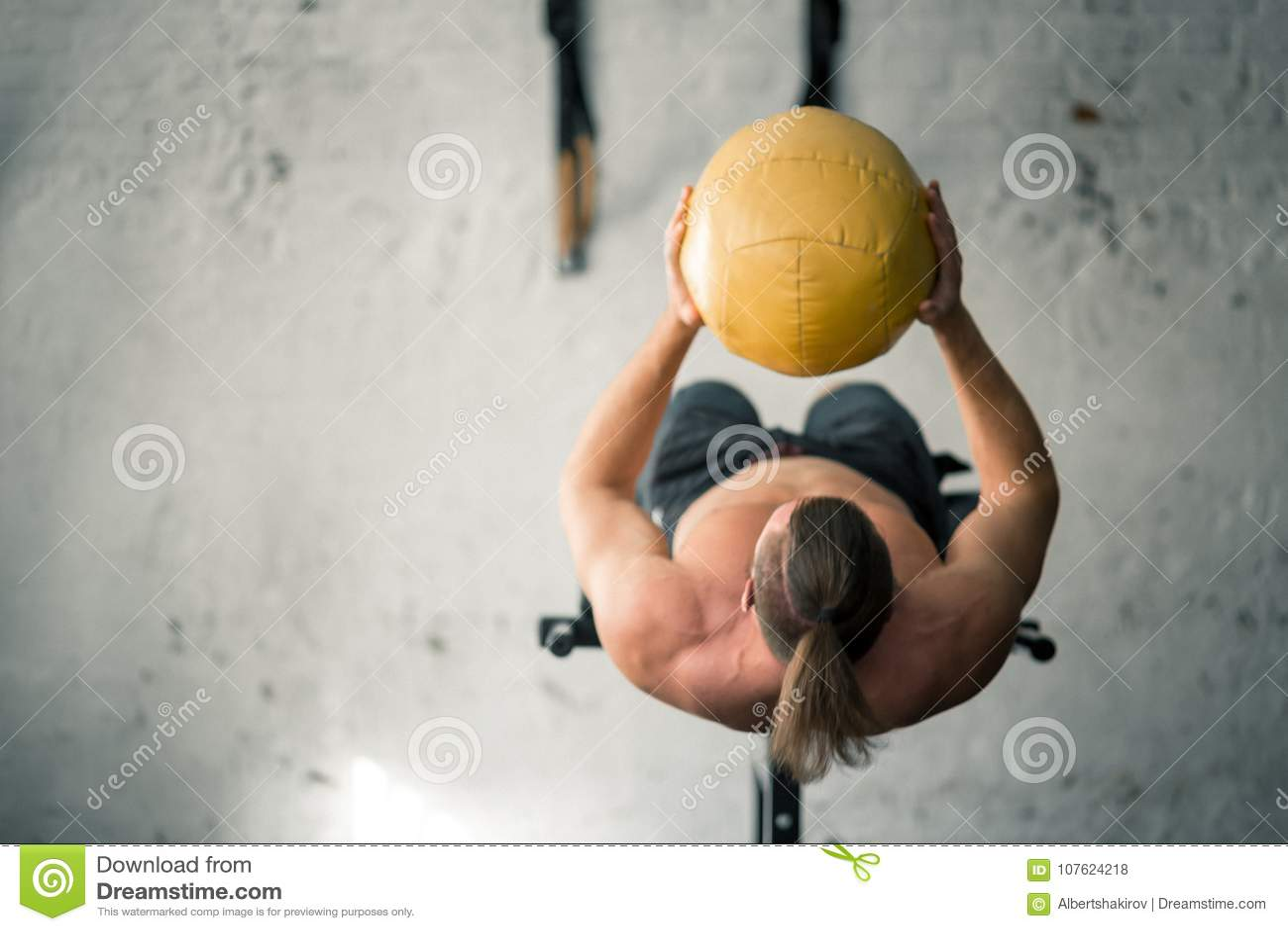 Les ABS de exécution d homme sportif puissant s exercent avec le medicine-ball