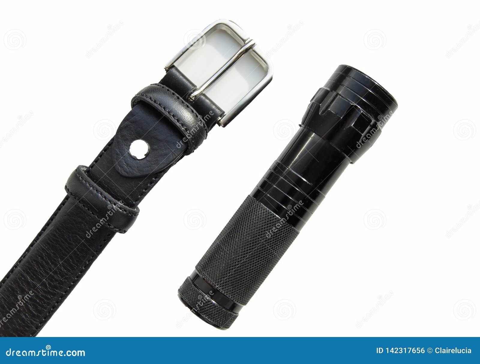 Les accessoires bracelet en cuir noir et lampe-torche des hommes d isolement sur le fond blanc