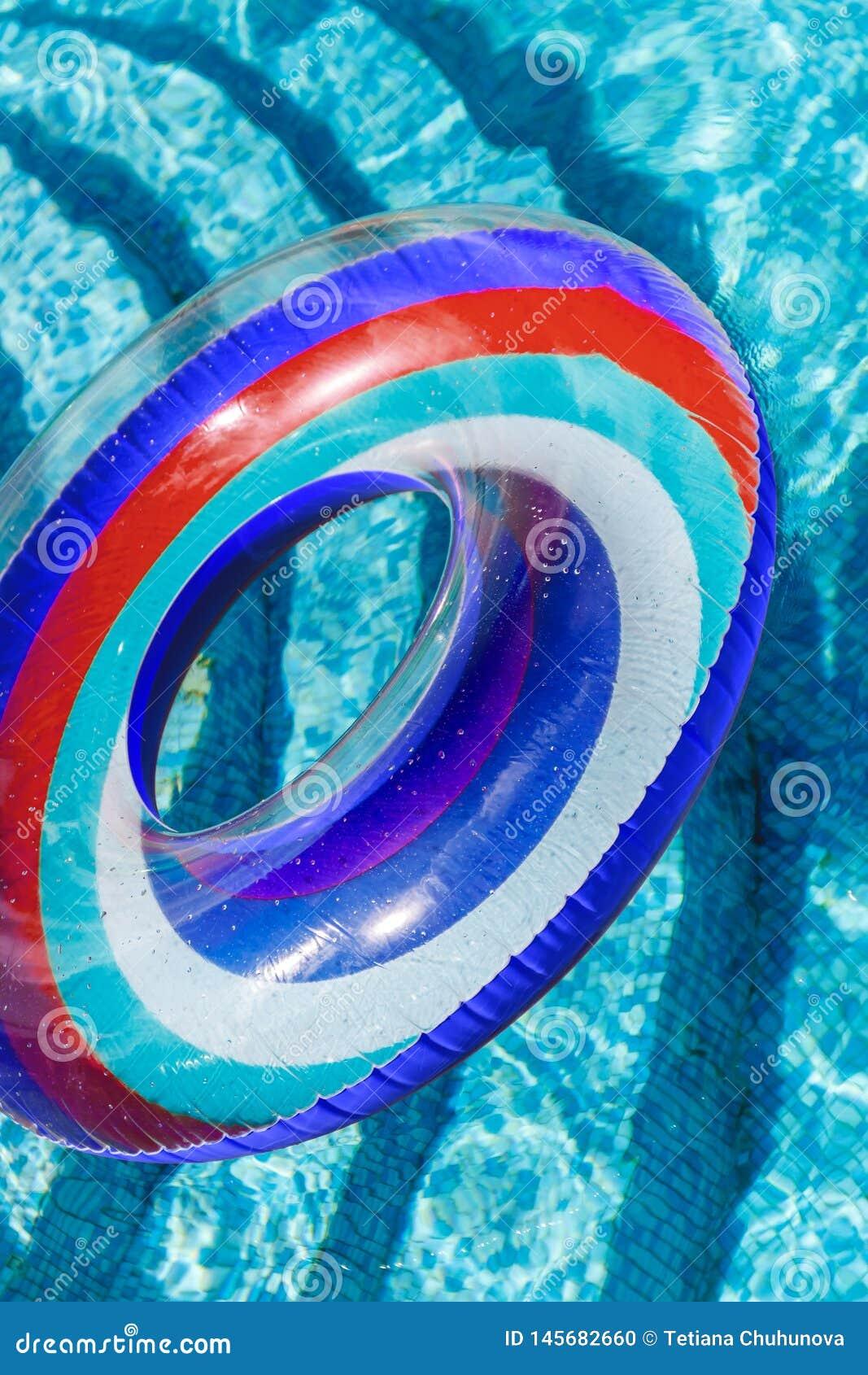 Les activit?s de l eau gonflables entoure le flotteur de tuba sur l eau dans la piscine o