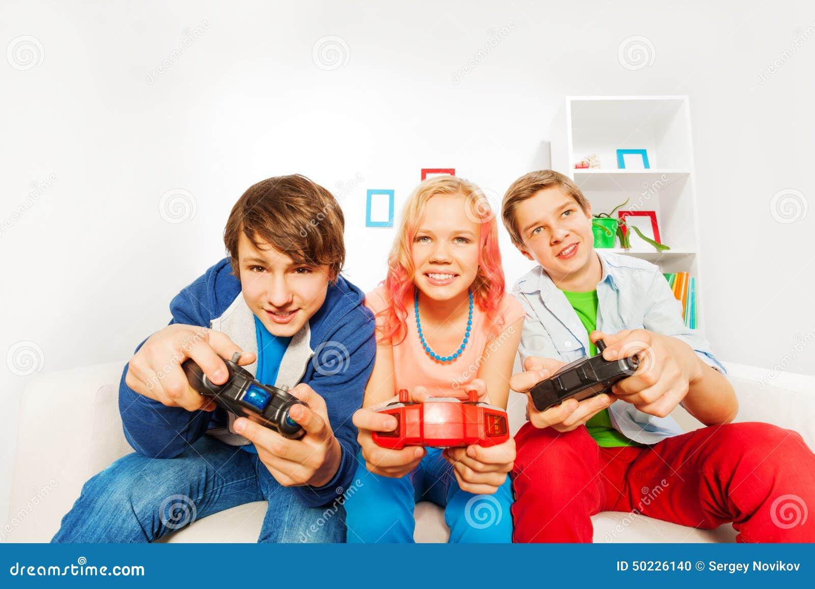 Des adolescents qui jouent