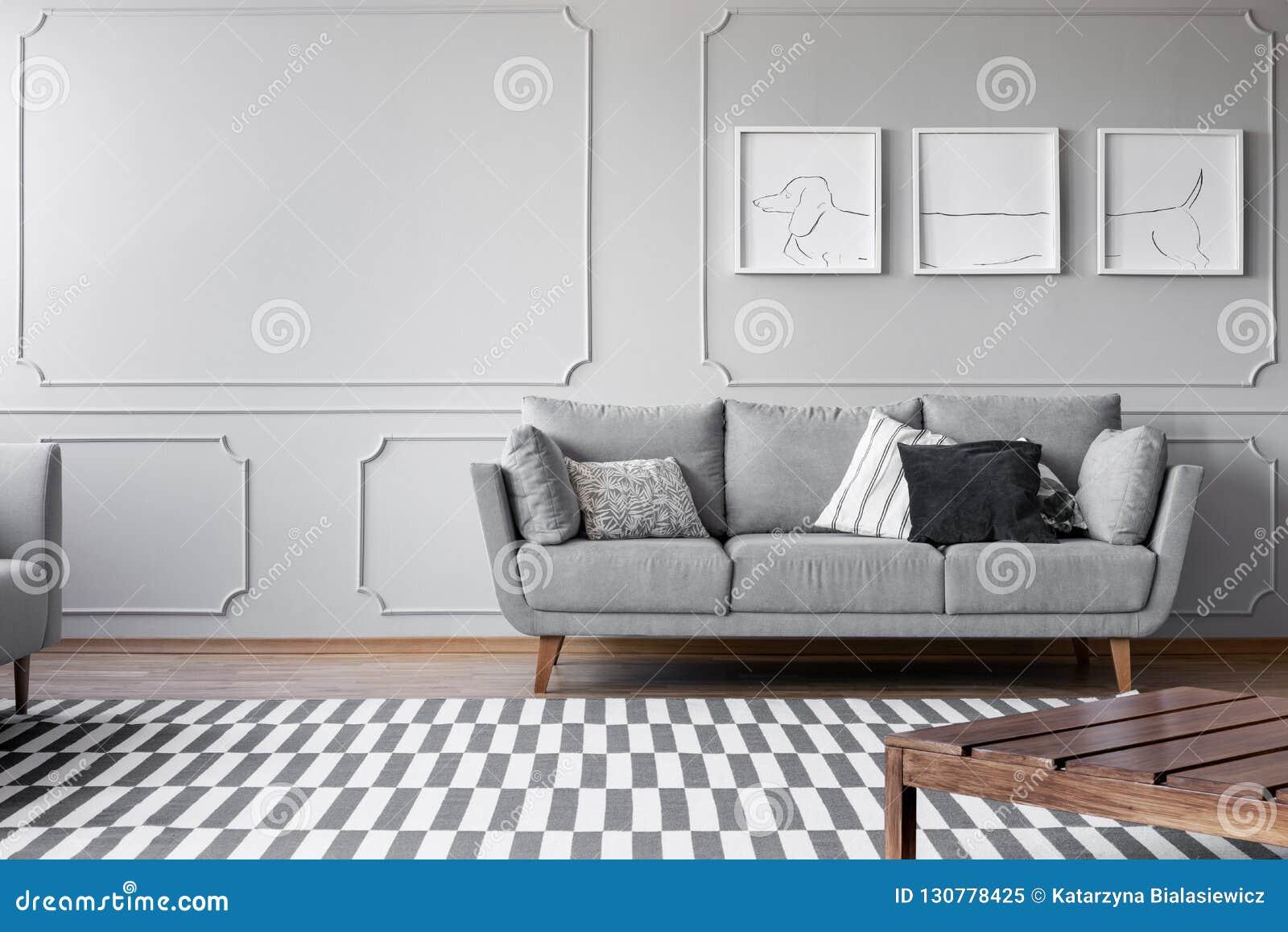 Les Affiches Du Chien Sur Le Mur Gris Du Salon Lumineux Avec ...