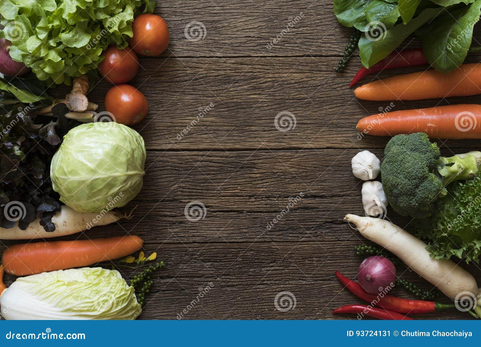 Les agriculteurs frais lancent des fruits et légumes sur le marché de ci-dessus avec le PS de copie