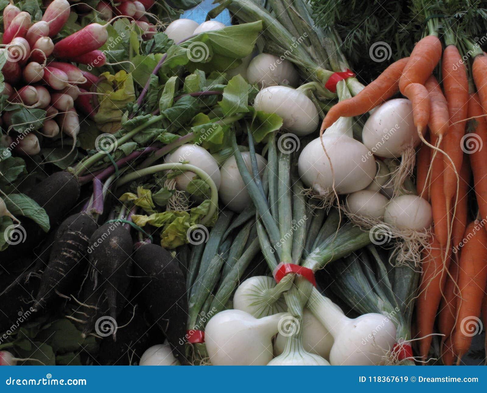 Les agriculteurs lancent les légumes sur le marché frais