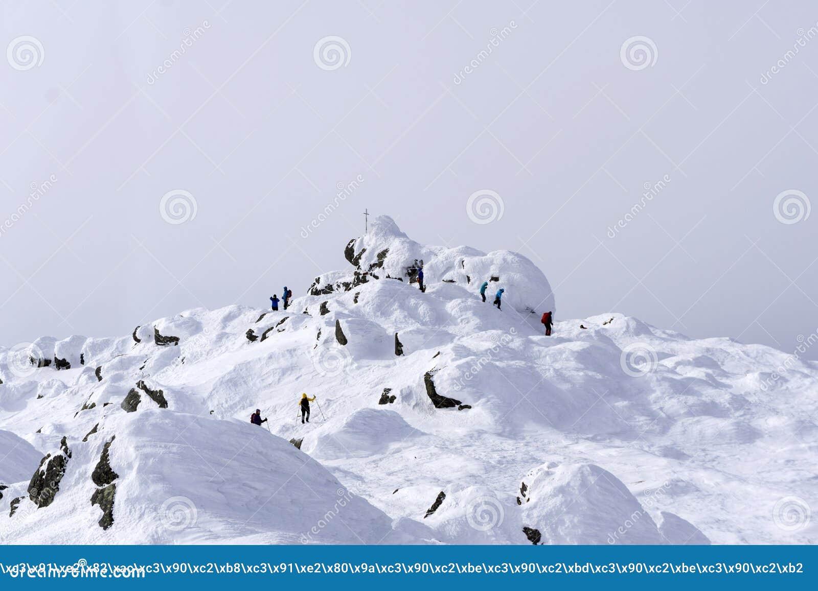 Les alpinistes ont atteint le dessus du bâti Konzhakovskiy Kamen