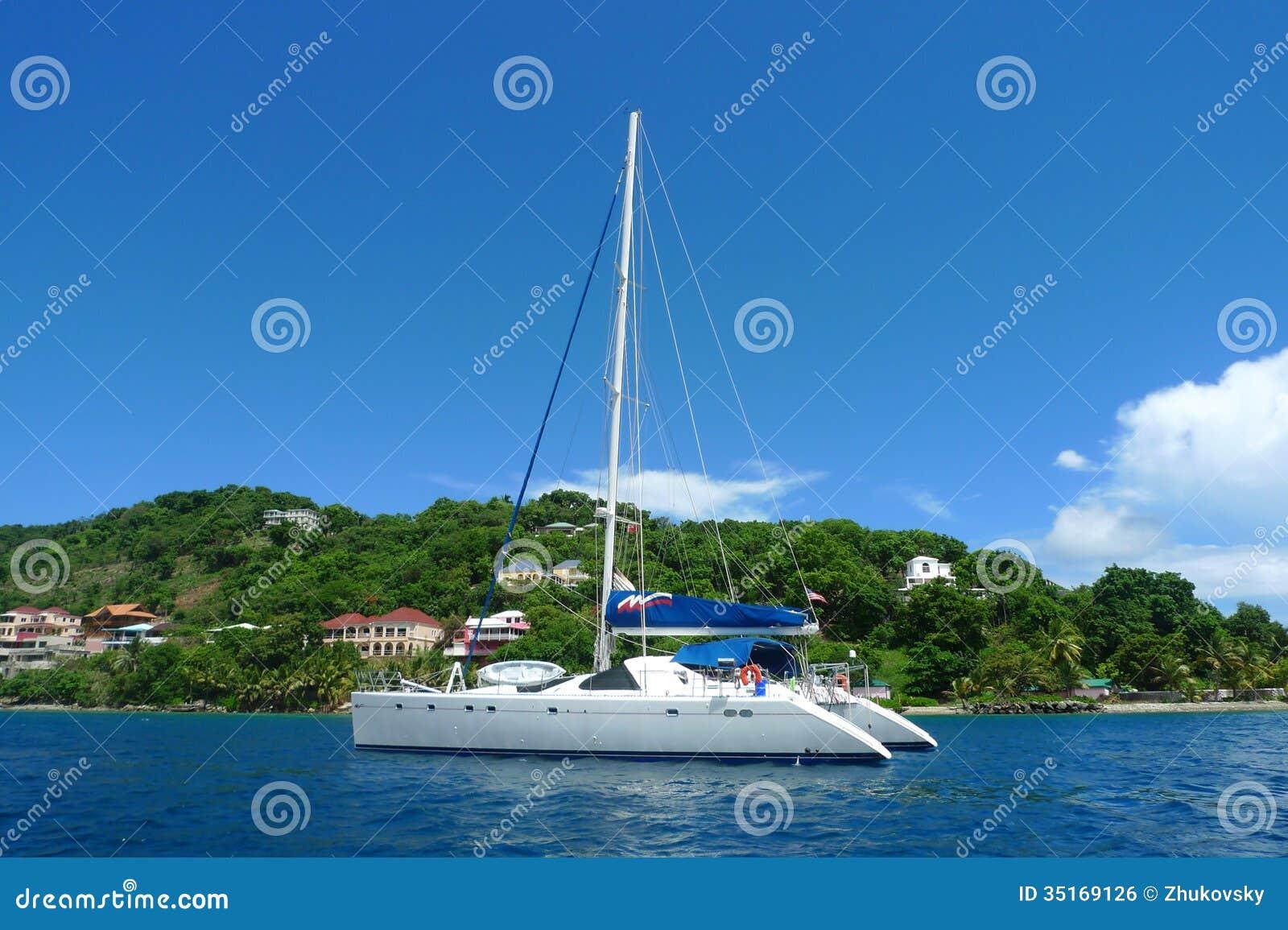 Les amarrages affrètent le yacht près de Tortola, Îles Vierges britanniques