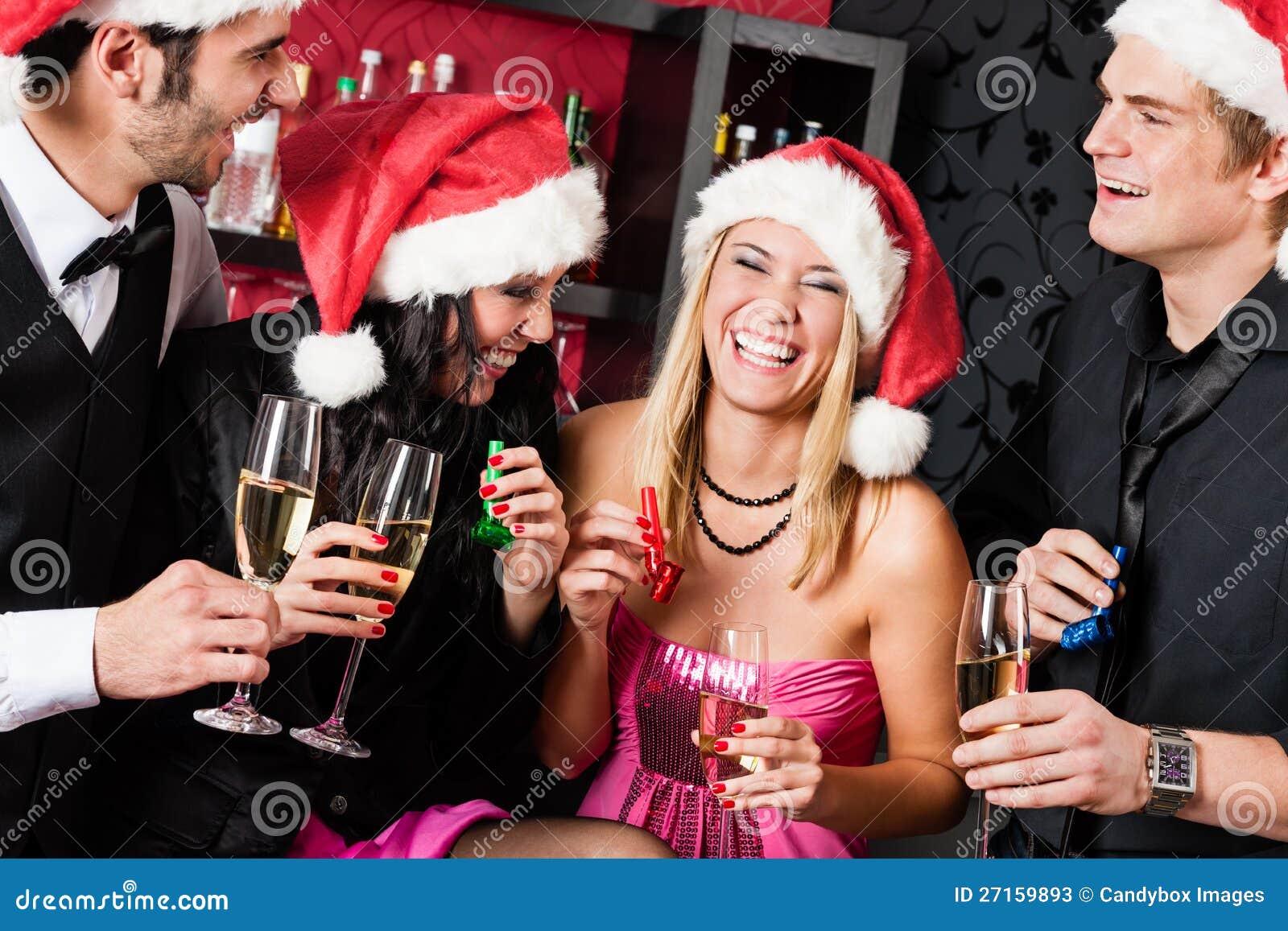 Les amis de fête de Noël ont l amusement au bar