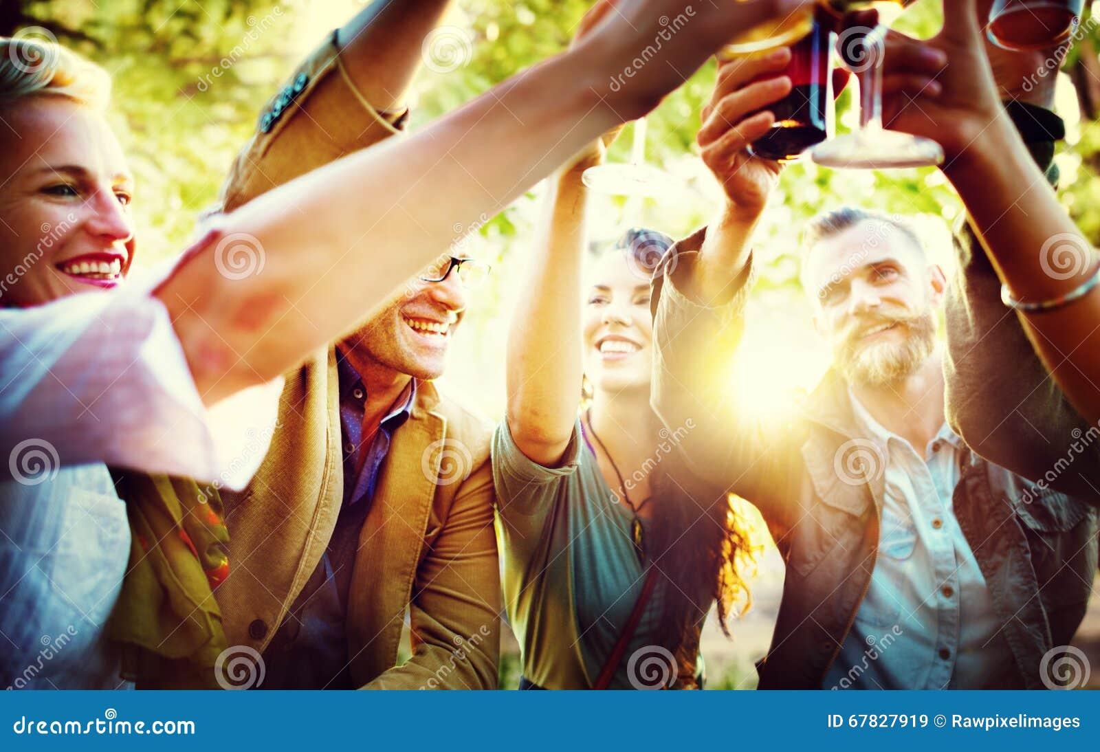Les amis font la fête dehors le concept de bonheur de célébration