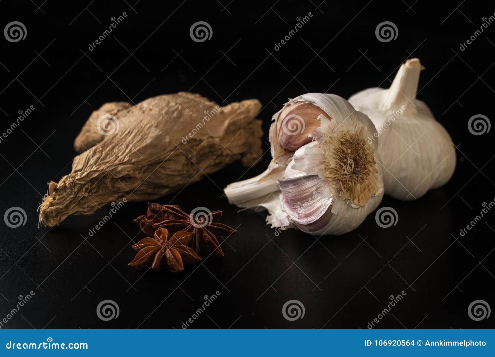 Les ampoules de l ail, noix de muscade, anis se tient le premier rôle sur un fond noir