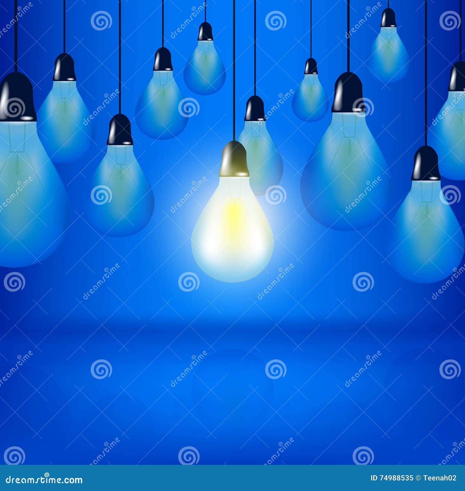 Les ampoules multiples accrochant avec des cordes, une ampoule rougeoie