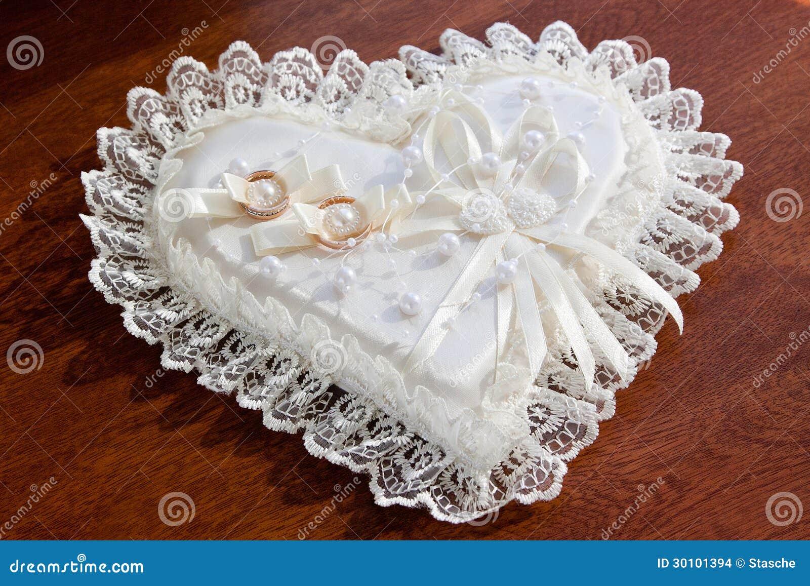 Anneaux De Mariage Sur Le Coussin En Forme De Coeur Images stock ...