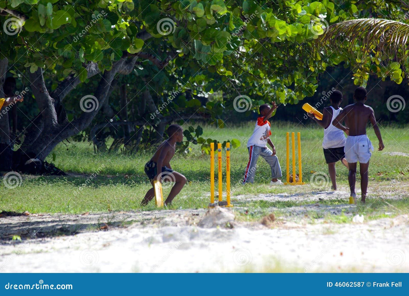 Les Antilles, les Caraïbe, Antigua, St Mary, plage de Ffryes, jeunes jouant le cricket sur la plage