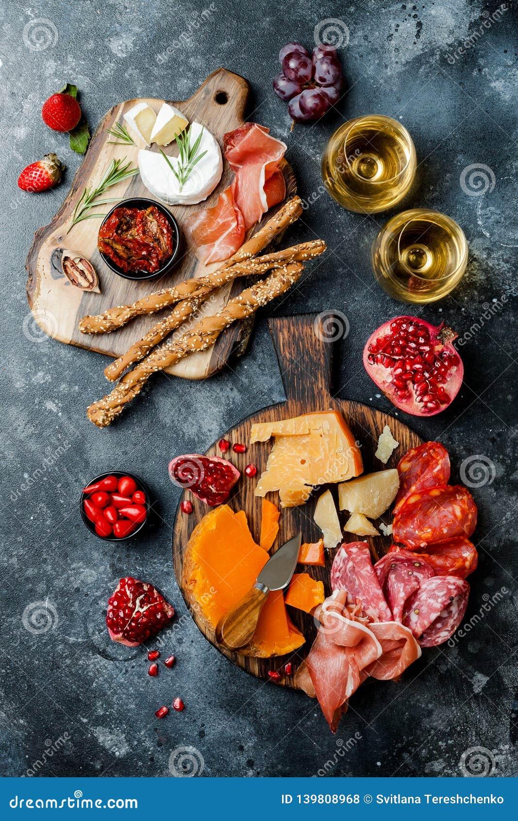 Les apéritifs ajournent avec les casse-croûte et le vin italiens d antipasti en verres Brushetta ou tapas espagnols traditionnels