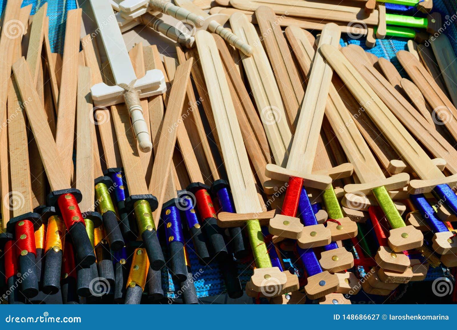 Les armes des enfants en bois - sabres, ?p?es Jouets d Eco Foire - une exposition des artisans folkloriques