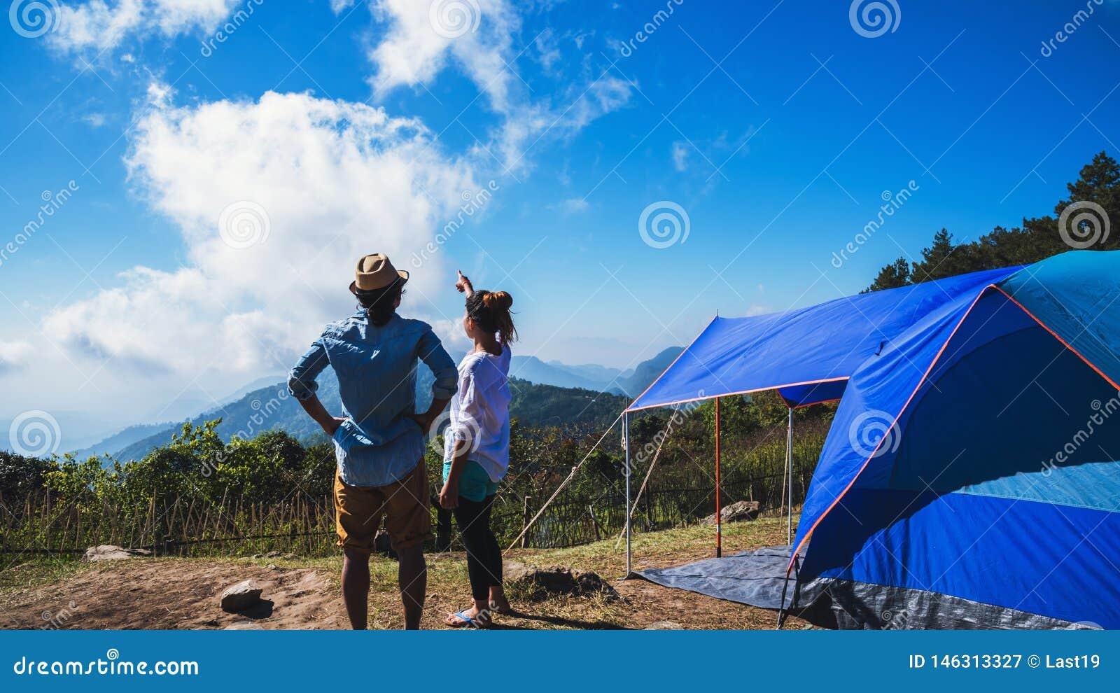 Les Asiatiques de femme et d homme d amant voyagent pour d?tendre camper pendant les vacances Sur la montagne thailand