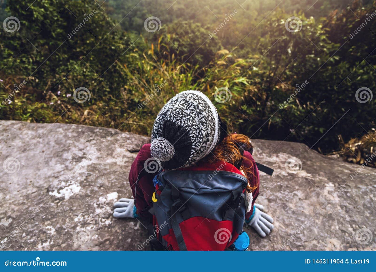 Les Asiatiques de femmes voyagent pour d?tendre pendant les vacances Admirez le paysage de l atmosph?re sur le Moutain Parc de mo