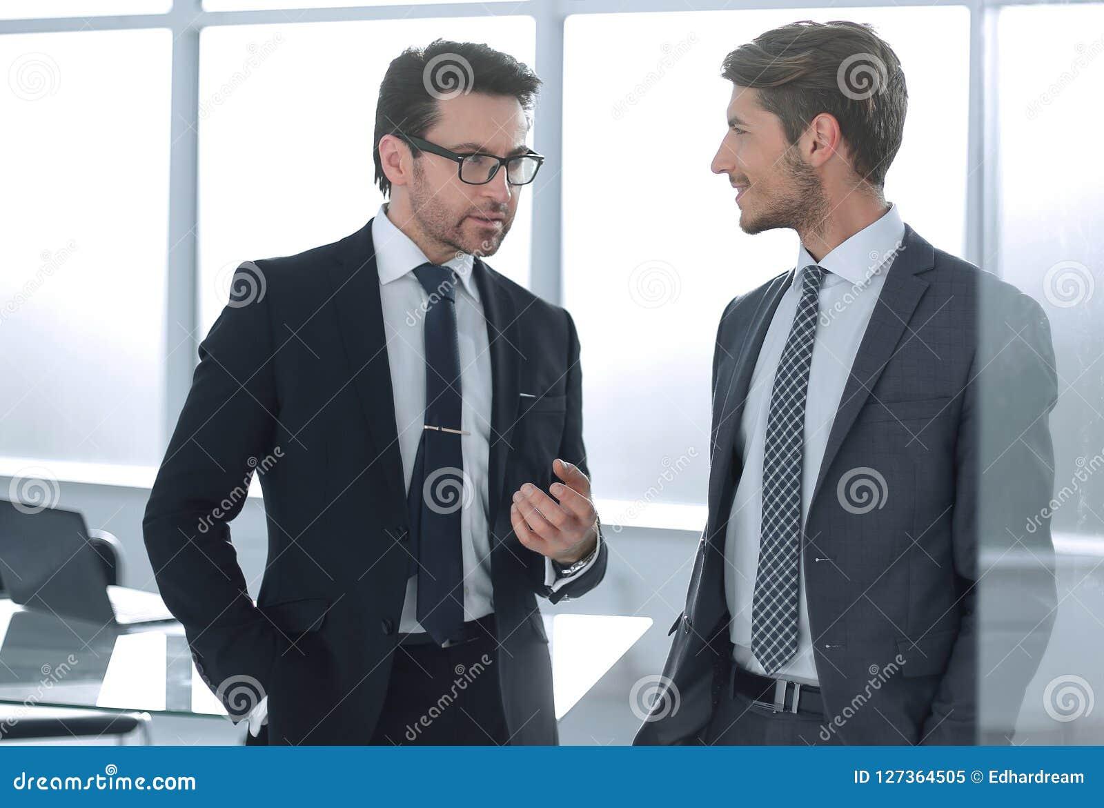 Les associés discutent se tenir dans le bureau
