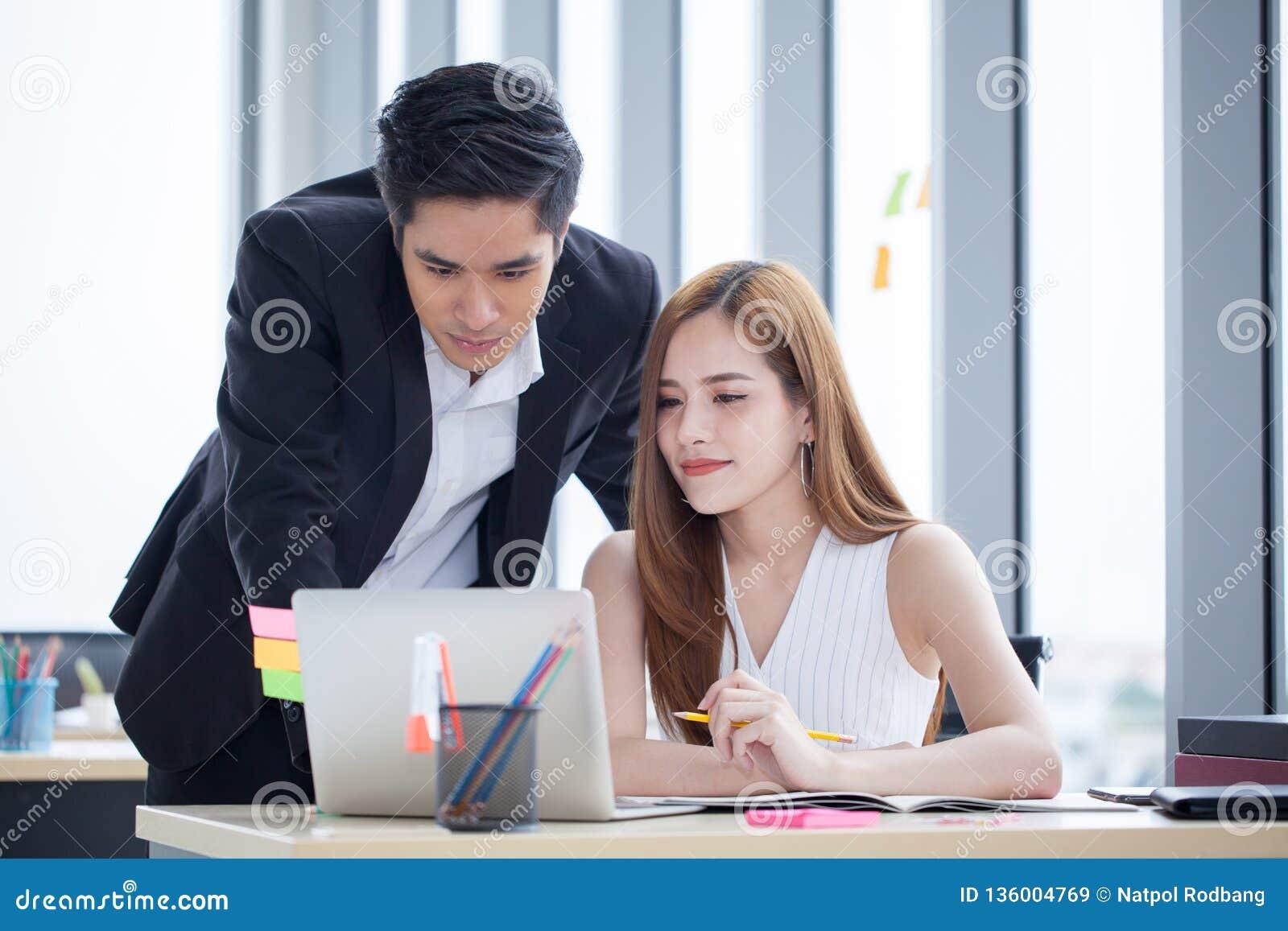 Les associés team le travail ensemble sur le bureau avec l ordinateur portable et le document Homme d affaires employant l ordina