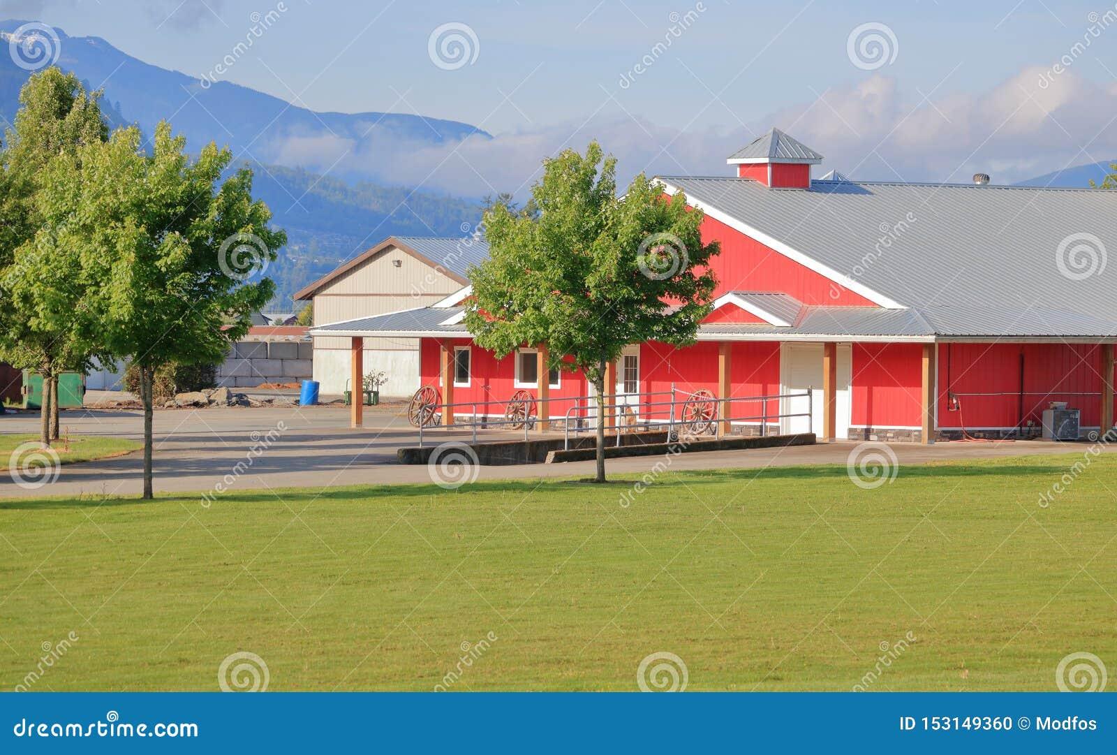 Les bâtiments modernes de ferme ont bien maintenu