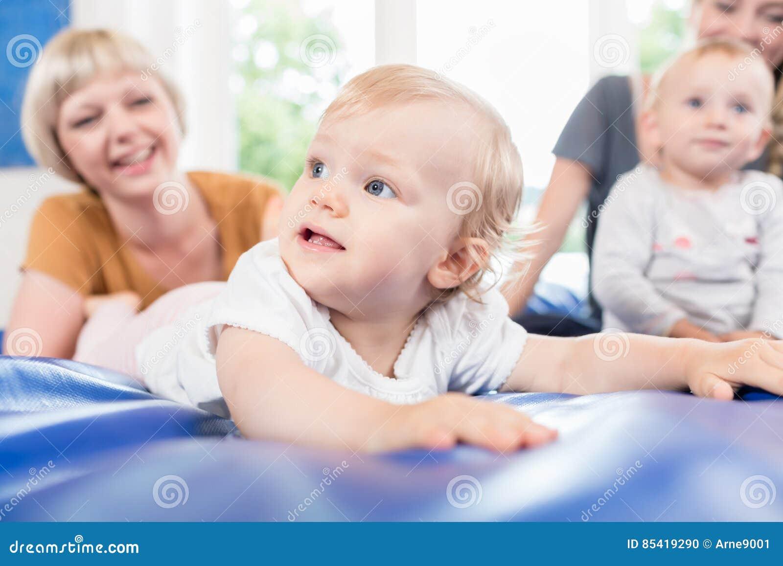 Les bébés et les mamans dans la mère et l enfant postnatals courent
