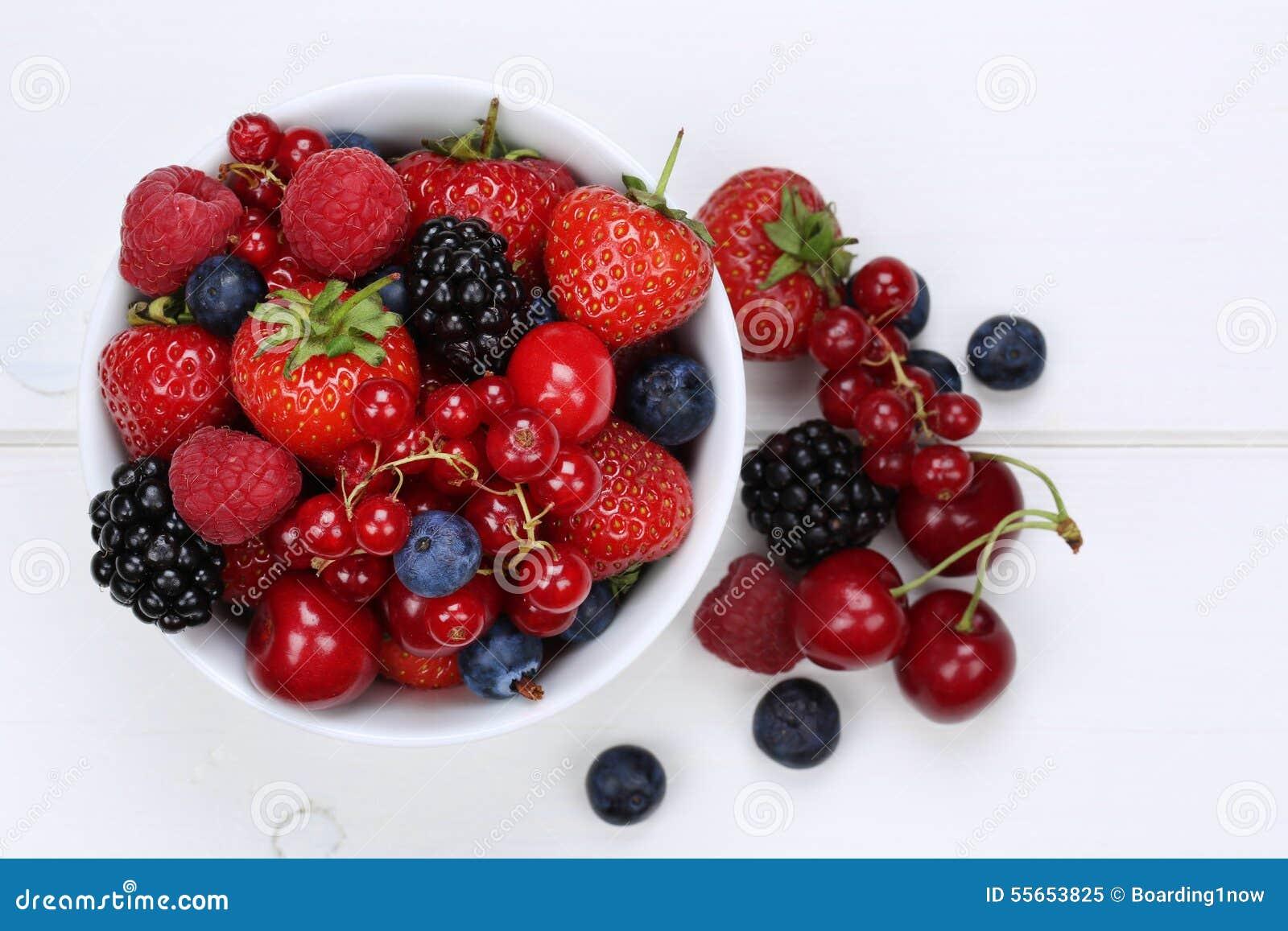 Les baies se mélangent dans la cuvette aux fraises, aux myrtilles et au cher