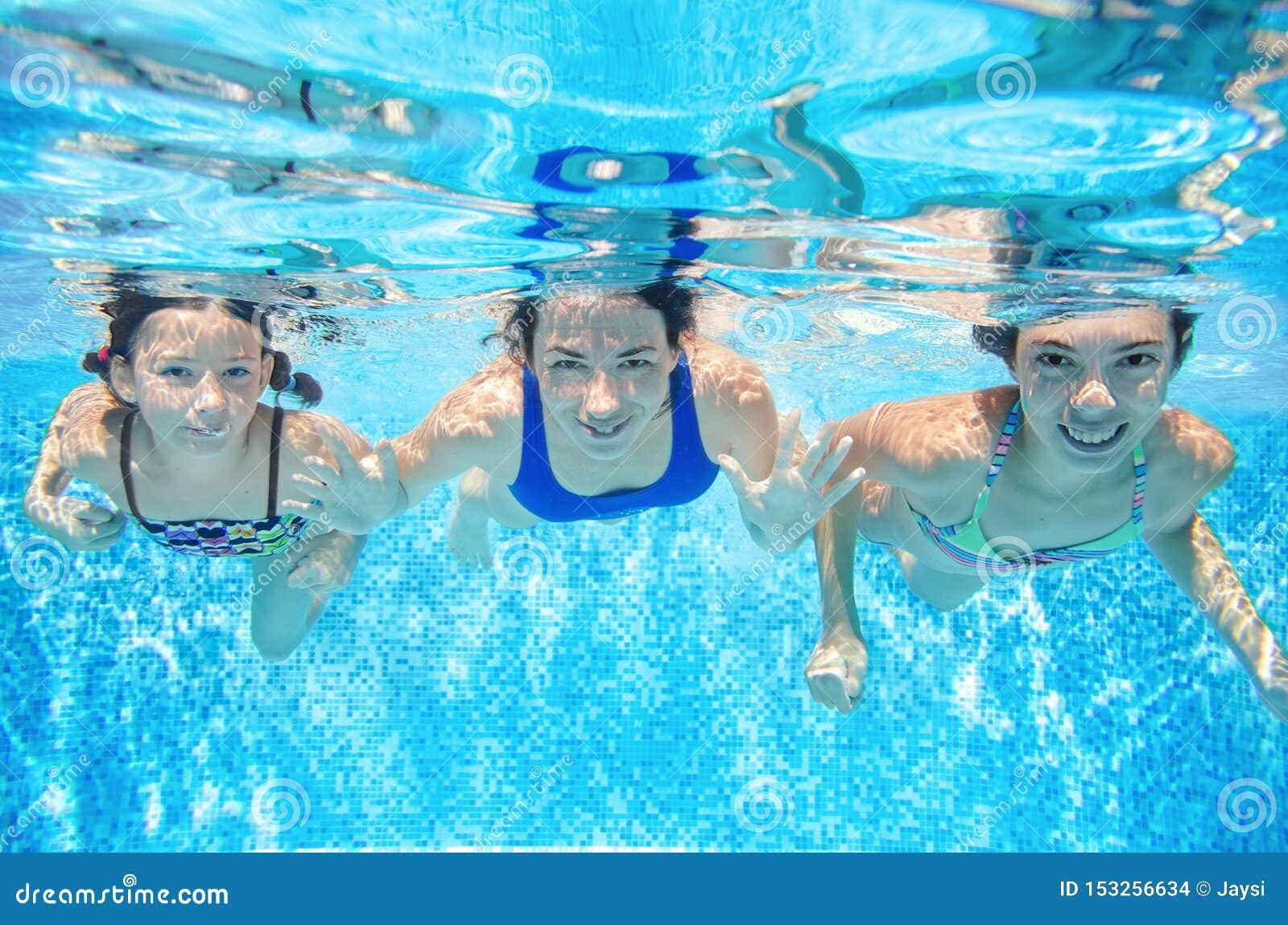 Les bains de famille dans l eau du fond de piscine, la mère active heureuse et les enfants ont l amusement sous l eau, la forme p