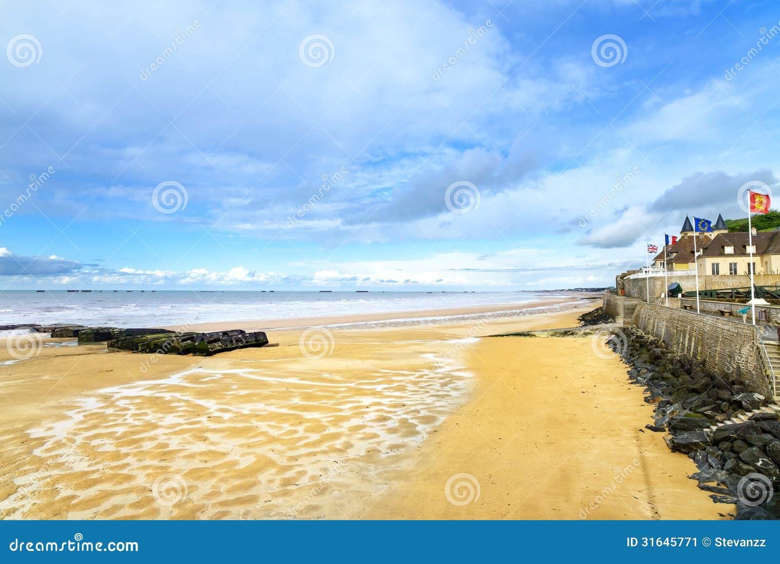Les Bains, Normandie, France d Arromanches. plage de bord de mer et restes du port artificiel