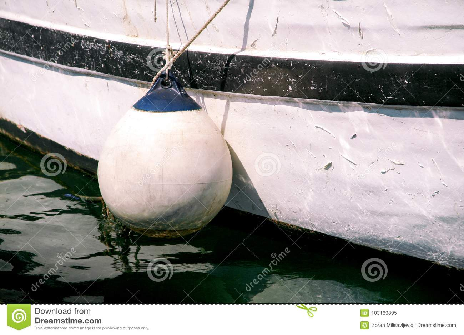 Les balises et l ancre ropes sur le bateau de pêche, fin