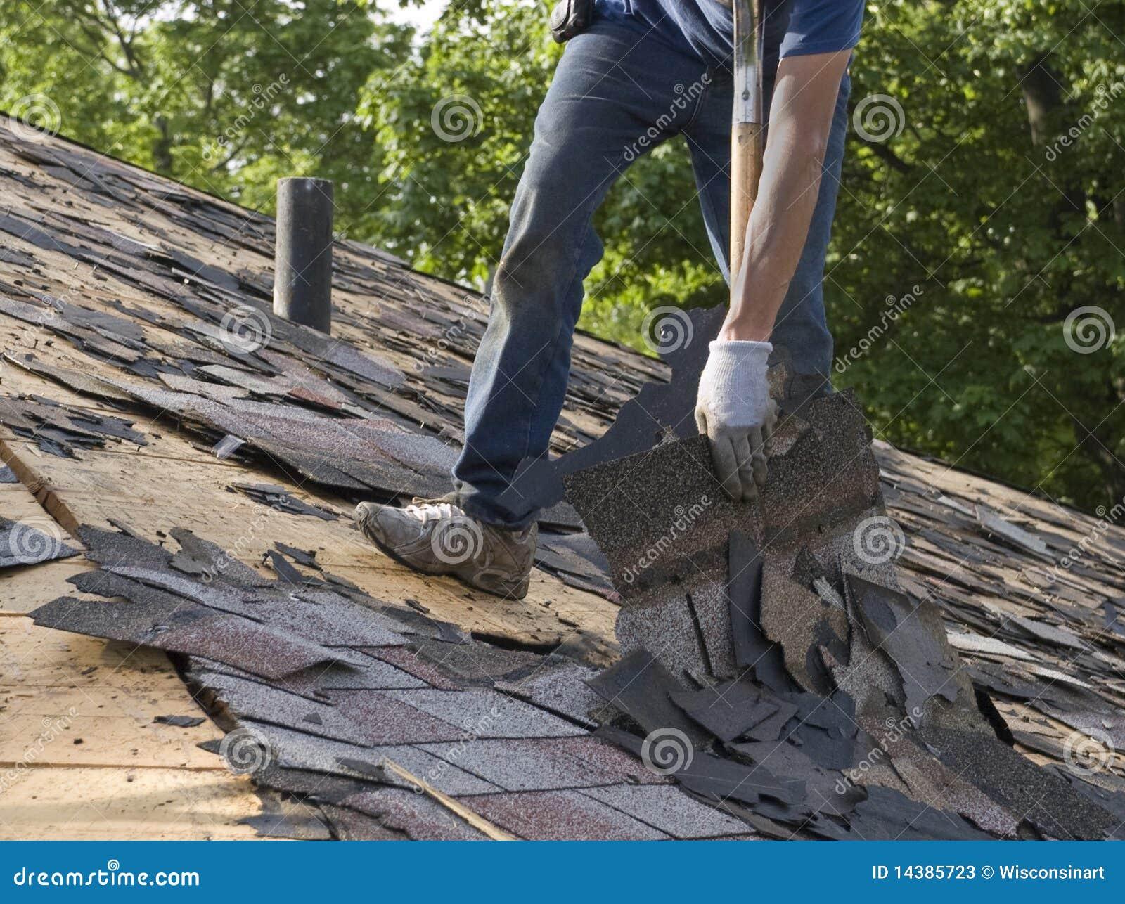 Les bardeaux de toit arrachent la maintenance à la maison de réparation
