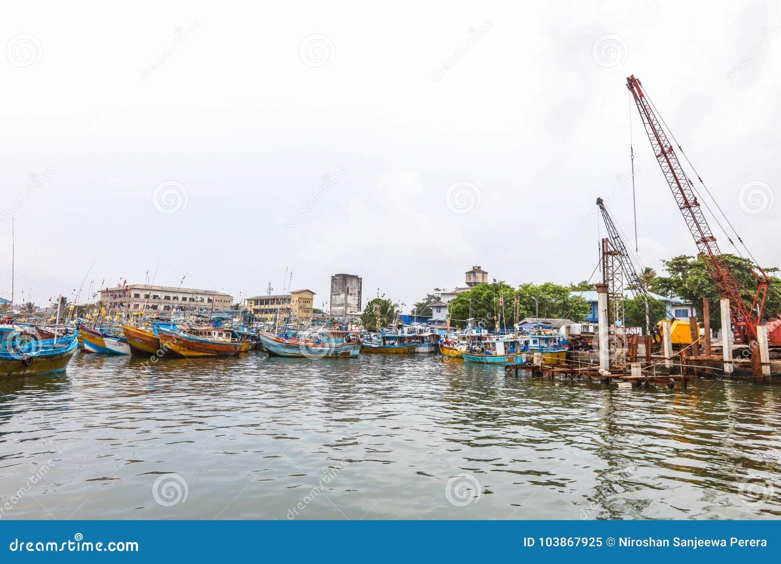 Les bateaux de pêche se tiennent dans le port de Galle, Sri Lanka