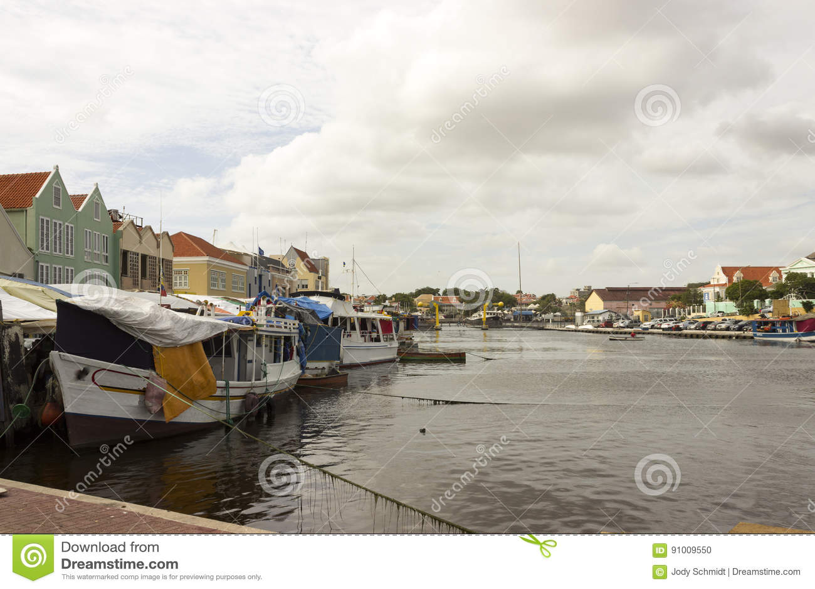 Les bateaux ont amarré derrière les bâtiments colorés iconiques du Curaçao et du marché de flottement