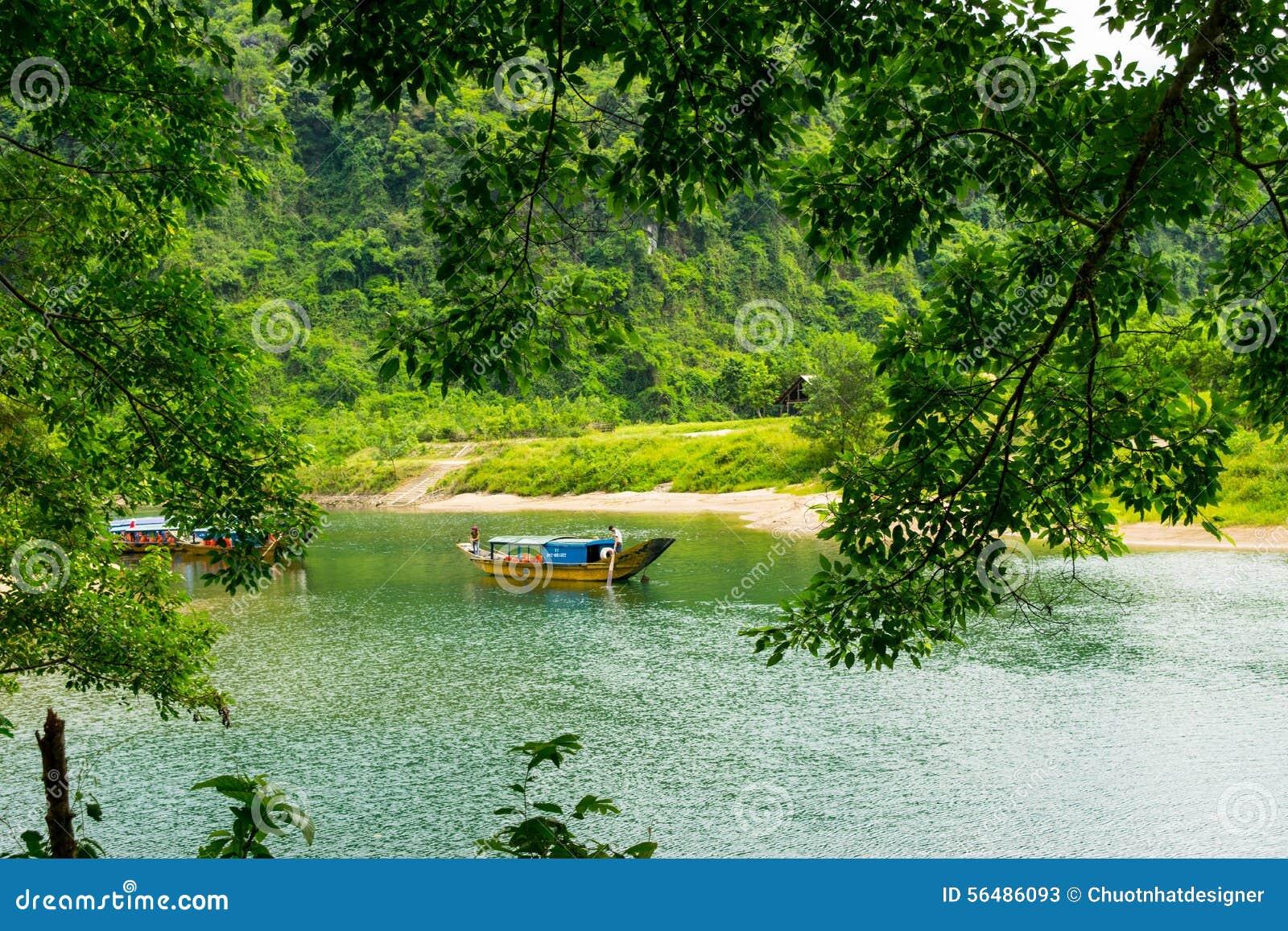 Les bateaux pour transporter des touristes à Phong Nha foudroient, Phong Nha - le KE frappent le parc national, Viet Nam