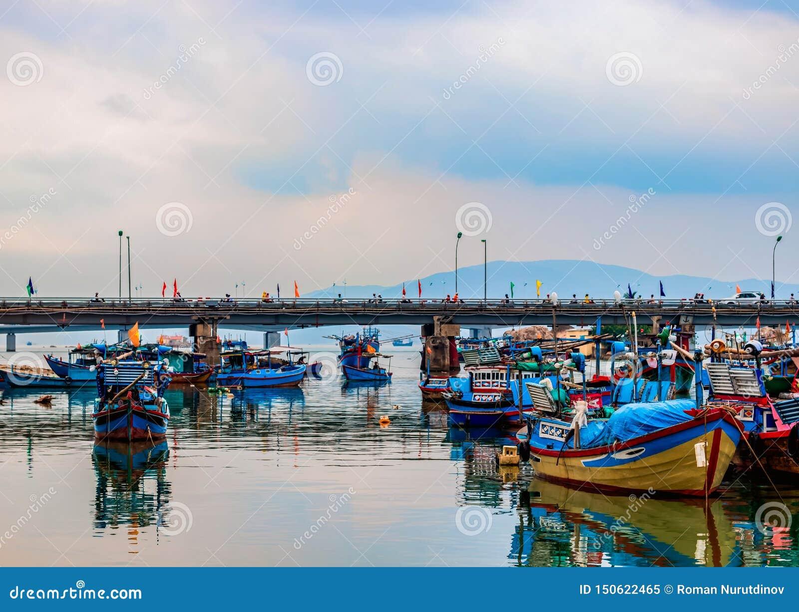 Les bateaux se tiennent en rivière